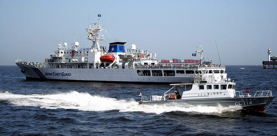 出港する観閲船を見送る隊員 ...